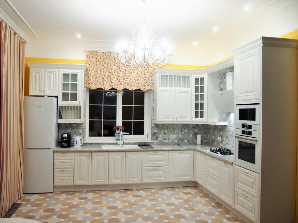 Кухонный гарнитур белый с паналом