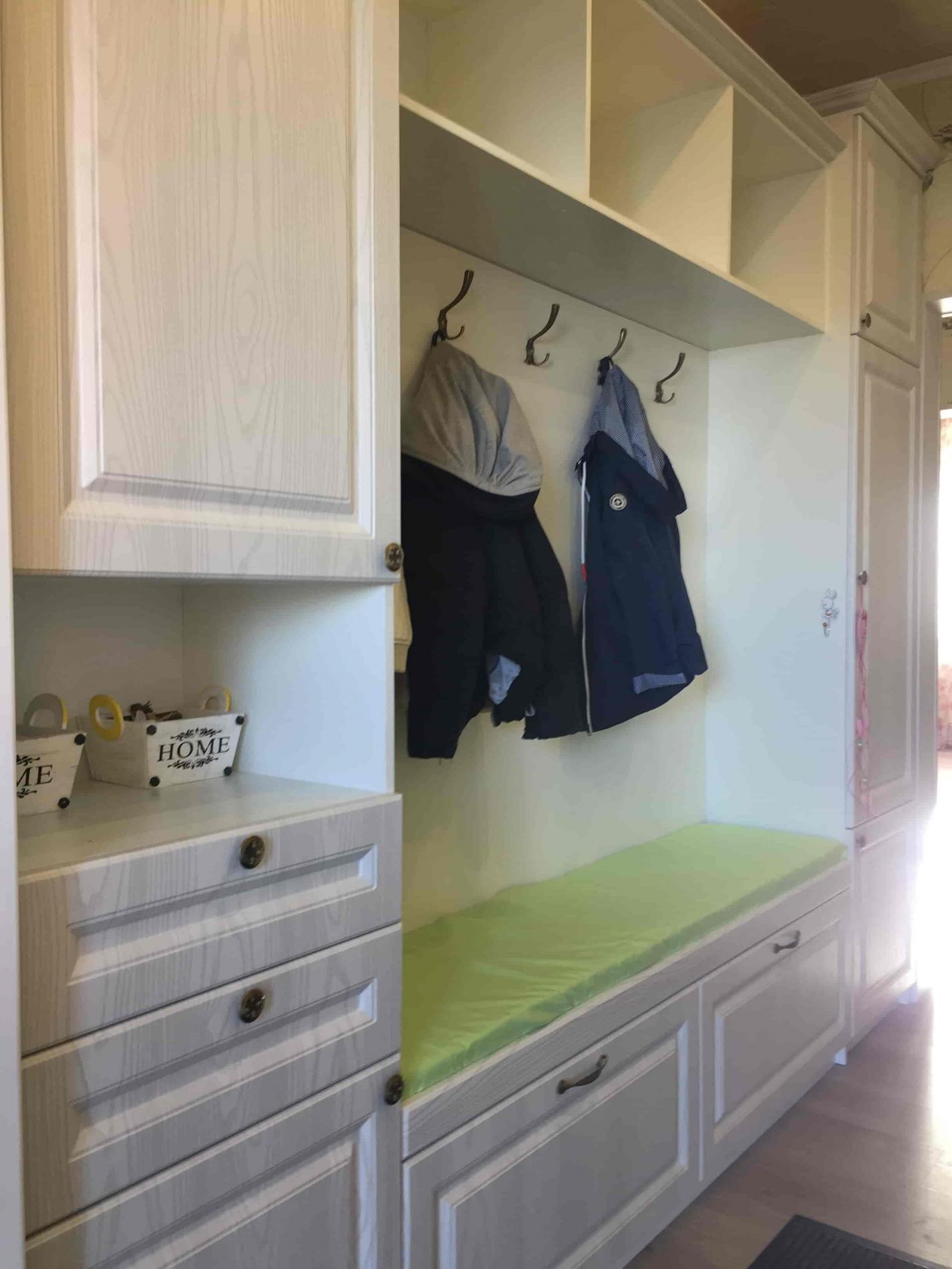 Шкаф с вешалками