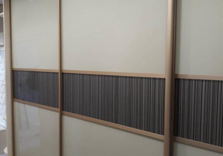 Шкаф-купе крашеное стекло