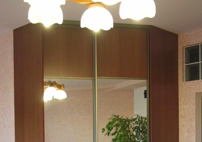 Шкаф-купе угловой в спальню двери зеркало