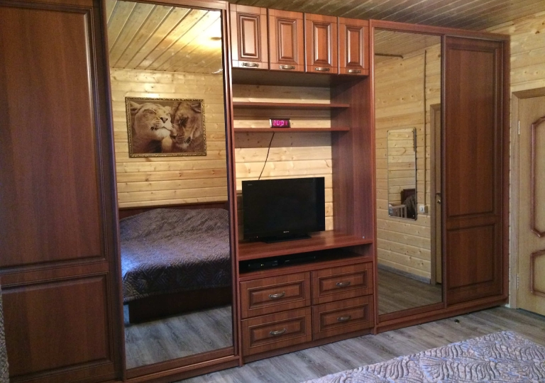 Шкафы-купе и комод под ТВ в спальню