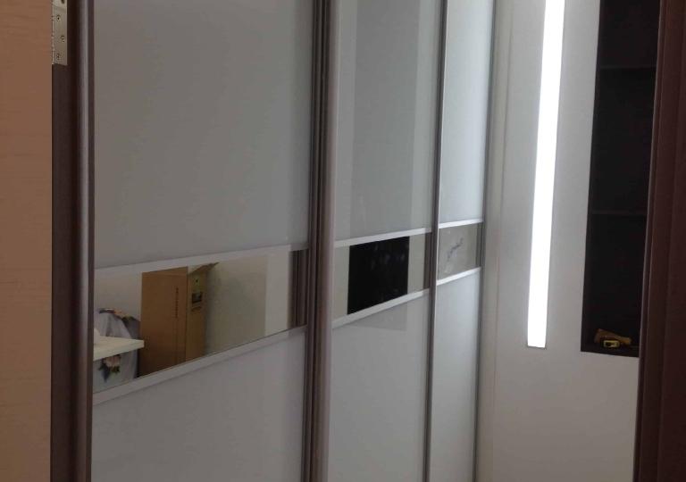Шкаф-купе в спальню крашенное стекло и зеркало