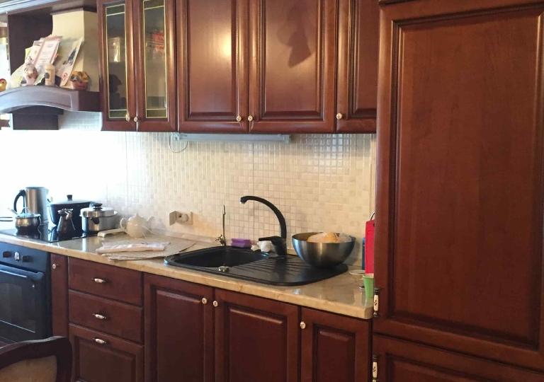 Кухня классика со встроенным холодильником