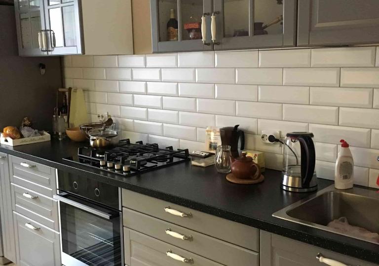 Кухня прямая с кераммическими ручками
