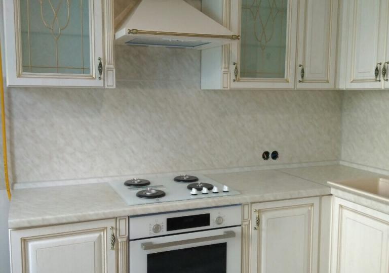 Кухня белая классика патина золото