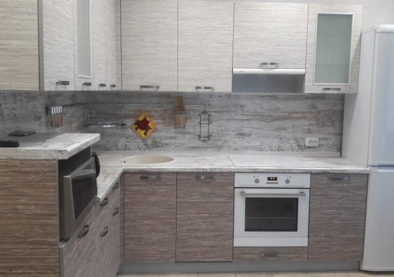 Кухня угловая с пласиковыми фасадами