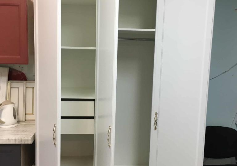 Шкаф с полками в спальню