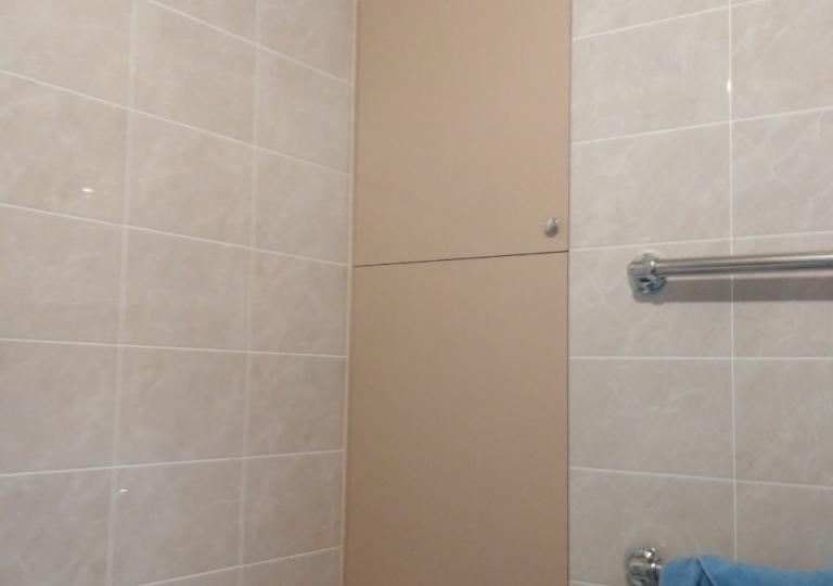Шкаф с полками в нишу ванной комнаты