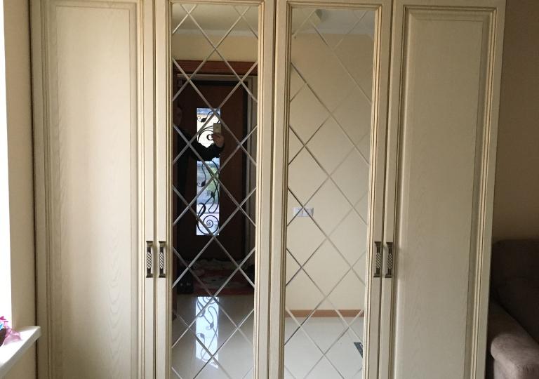 Шкаф распашной в прихожую зеркала с гравировкой